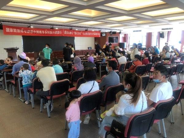 患儿家属在等候大厅注册登记、等待筛查